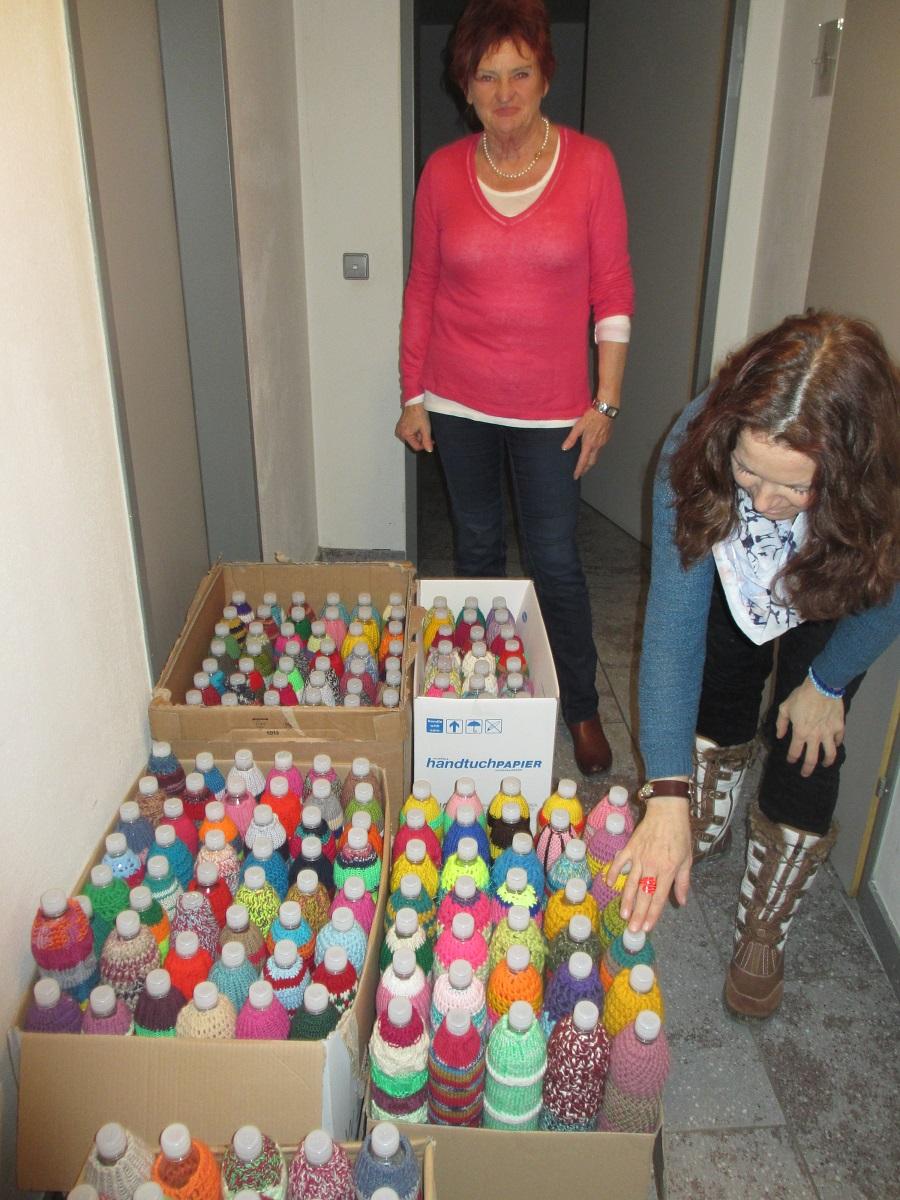 Angelika schafft Ordnung in den Schachteln und zählt!