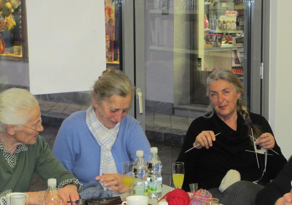 Klaudia (rechts), Strick-Besuch aus Grundlsee