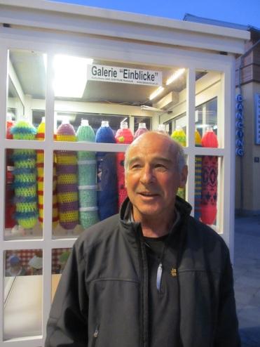 Josef Baier vor der Minigalerie