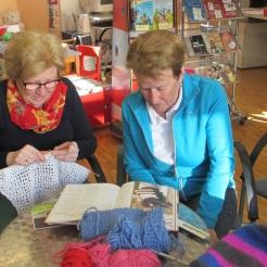 Erika und Margit studieren eine neue Vorlage
