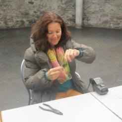 Angelika bearbeitet den Draht