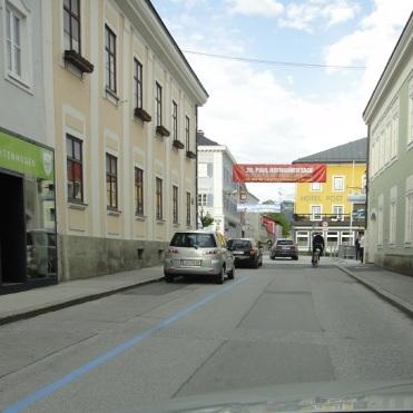 Sepp rast mit dem Fahrrad zum Stadtplatz