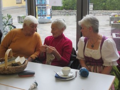 Maria, Theresia und Waltraud fachsimpeln