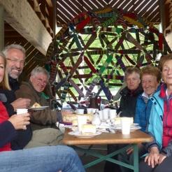 Anneliese verwöhnt uns mit Käsesahne-Torte und Kaffee