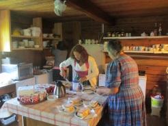 Angelika und Anna helfen in der Küche aus