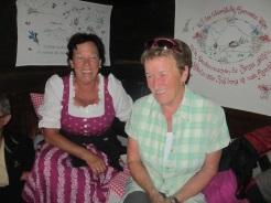 Angelika und Margit thronen im Bett