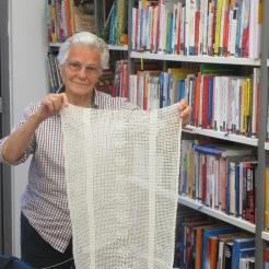 Nani häkelt auch noch mit ganz dünnem Garn einen Vorhang