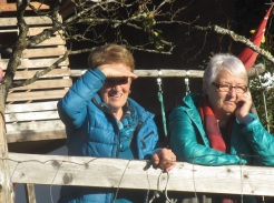 Margit und Renate beobachten skeptisch