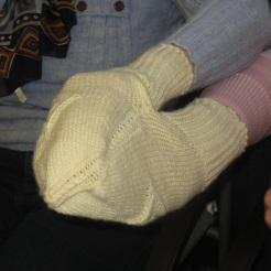 Theresia und Rosi wollten auch den Partnerhandschuh probieren!