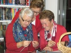 Margit und Anneliese sind aufmerksame Schülerinnen