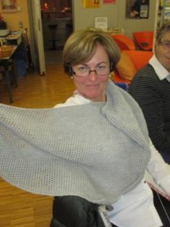 Maria mit gerade fertiggestelltem Schultertuch aus feiner Merino