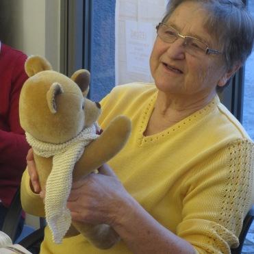 Auch Hilda bewundert das Bärenkind