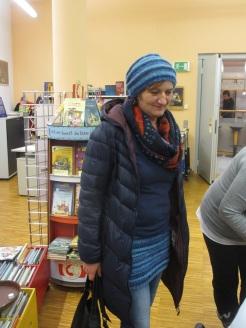 Katja mit Strickrock und Haube