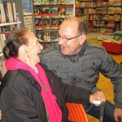 Renates Ehemann unterhält sich blendend mit der Jubilarin