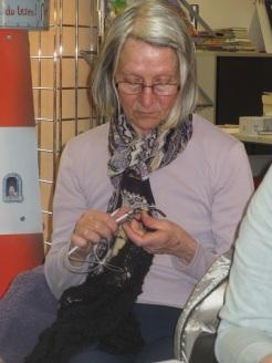 Anna strickt ein Schultertuch aus Königshof-Alpaka