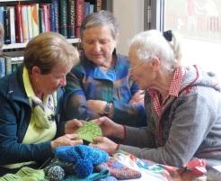 Margit, Hilde und Theresia führen Musterdiskussionen