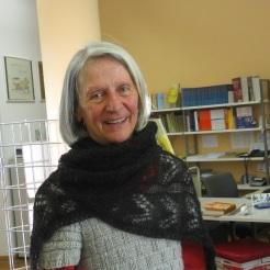 Anna mit ihrem fertig Schal aus Königshof-Alpaka