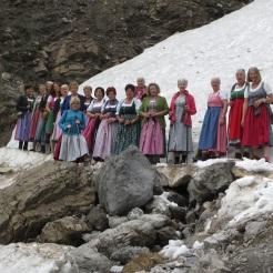 Aufgefädelt am ersten Schneefeld