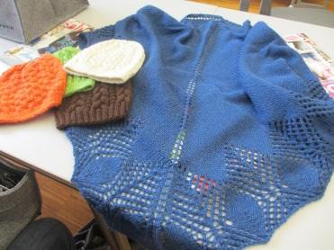 Schultertuch und Hauben aus Alpaka-Wolle
