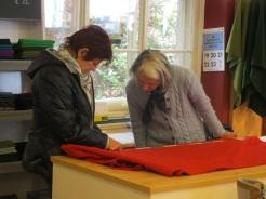 Monika und Anna messen den Stoffverbrauch nach