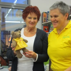 Monika und Gabi bewundern den kleinen Bären