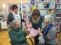 Anneliese, Monika, und Brigitte bewundern Annas feinen Schal
