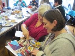 Waltraud und Brigitte vertieft in der Betrachtung des Fotobuches 2015