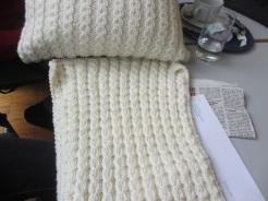Margit strickt auch einen Polster