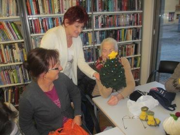 Barbara, Monika und Theresia bewundern die Christbaum Haube