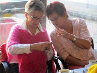 Anneliese und Monika auch mit den Converspatscherl beschäftigt