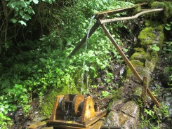 vorbei an unzähligen klappernden Wasserräden