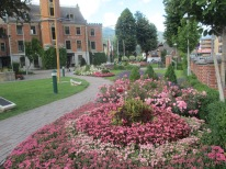vorbei am schönen Rathausgarten zum Parkplatz