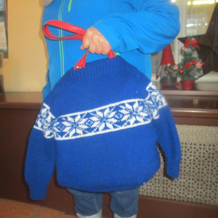 Anna hat ihrer Tasche einen Pullover angezogen