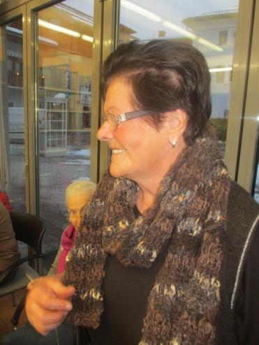 Herta mit neuem Schal