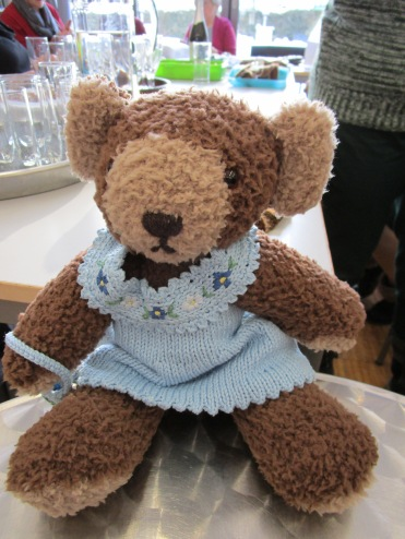 Teddy aus Flauschwolle mit Frühlingskleid von Anneliese Haag