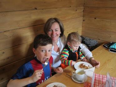 Maria Perwein mit ihren Enkelbuben Michi und Laurenz
