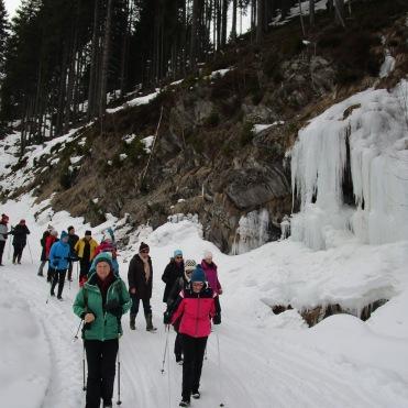Abwärts ein riesiger Eiswasserfall