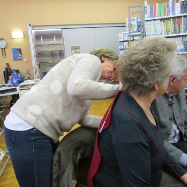 Maria muss Hildas Rücken nachmessen