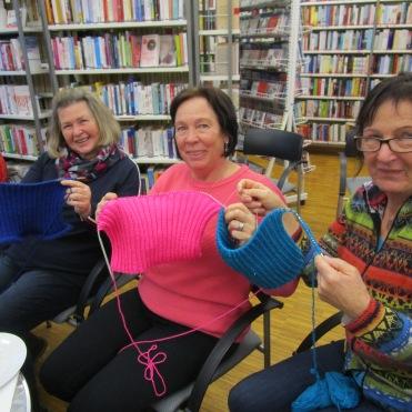Maria, Angelika & Barbara sind schon weit mit ihreren Woll Perücken