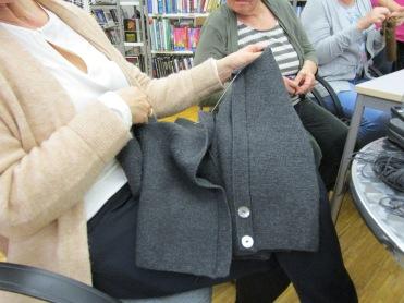 Maria strickt ein perfektes Jackerl