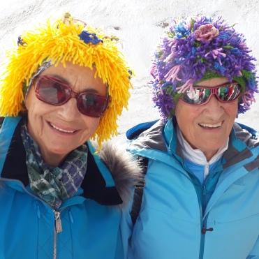 Anneliese mit Enzianblüten und Margit mit Iriswiese
