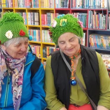 Anna Pernhofer & Linde müde in der Bibliothek