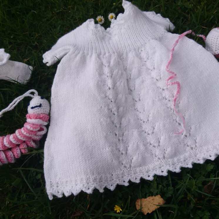 Herta strickte ein entzückendes Kleid für ihr Urenkerl
