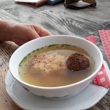 verschiedene Knödel in der Suppe
