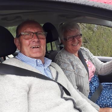 Renate und Ehemann, mit Heidi auf der Rückbank
